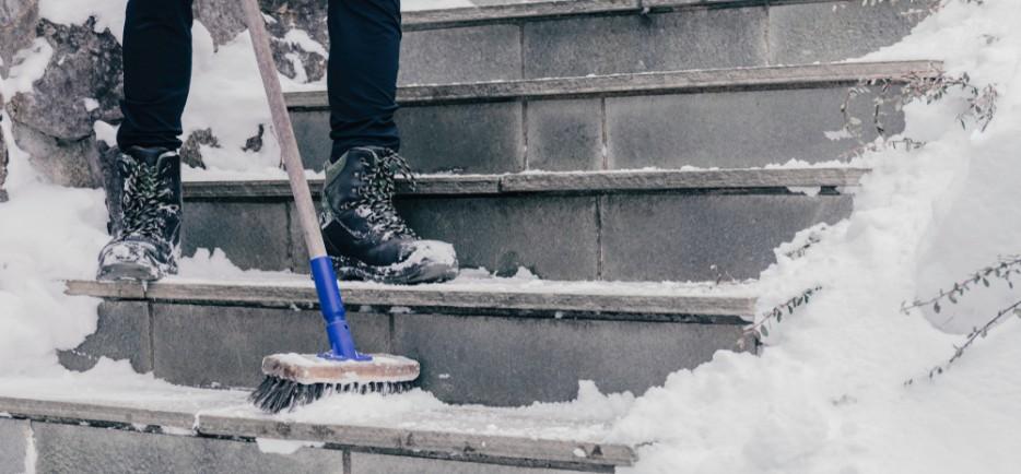 Milyen környezetbarát anyagokkal válthatjuk le a sót a csúszós utakon és járdákon?
