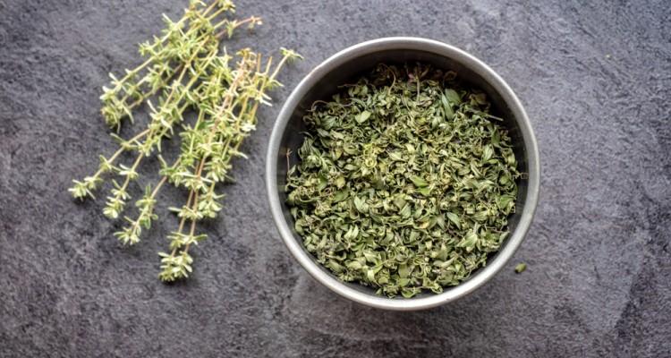 Így szárítsuk a kertben szüretelt fűszernövényeket