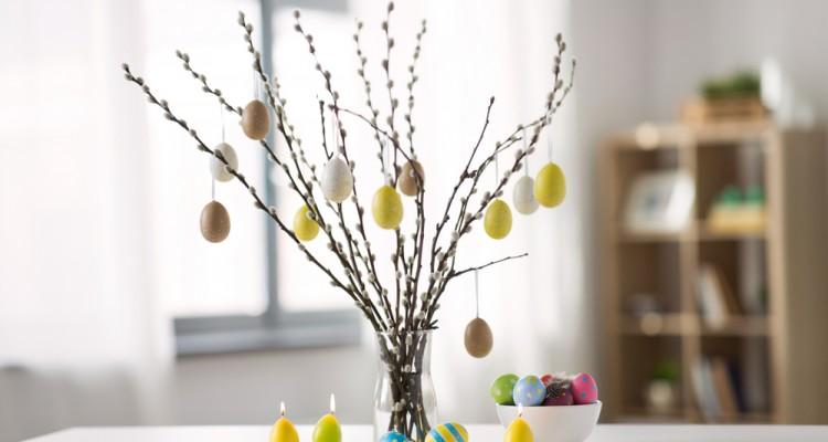 Húsvéti dekoráció pompás tavaszi virágokkal